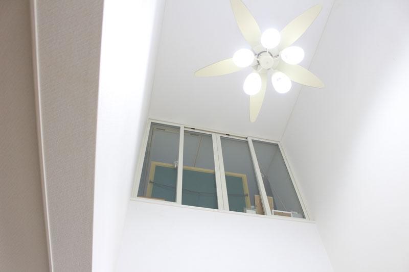 2階から下を見下ろせる吹き抜け!冷暖房効果激減で窓を設置しました。我が家の防寒リフォーム②