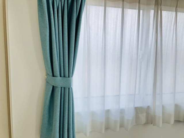 枕元が寒すぎて💦簡単に断熱効果UPのビニールカーテンを設置しました